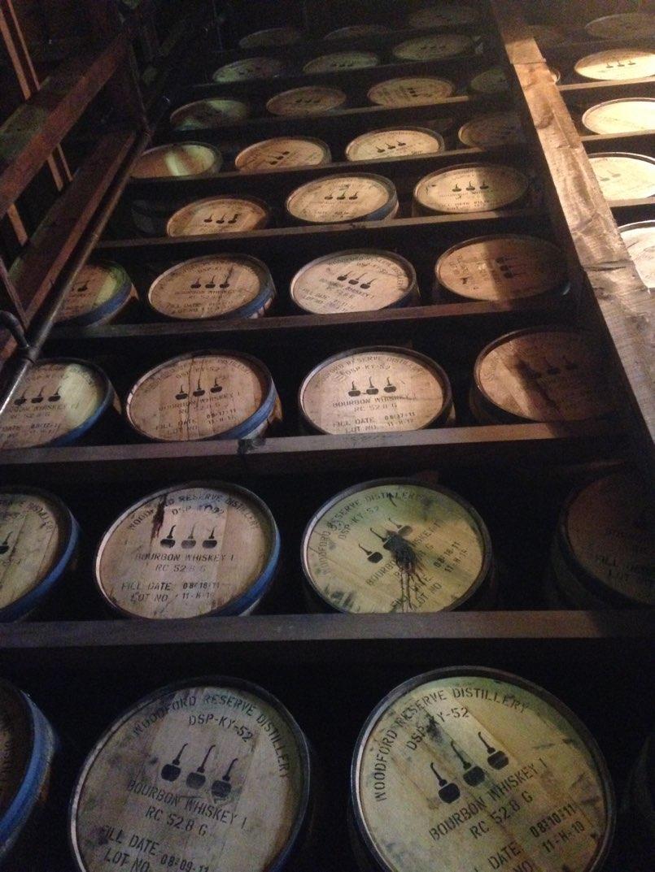 barricas añejando bebidas alcoholicas