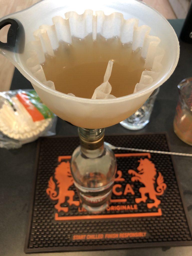 colando filtro cafe infusion de platano